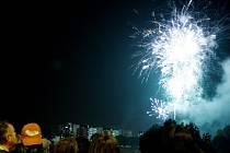 Konec Městských slavností obstaral ohňostroj na břehu Labe