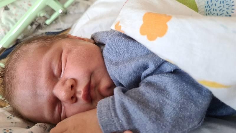 Matteo Mehaj se narodil 10. 7. 2021. Měřil 52 cm a vážil 3920 g. Na svět ho přivítali rodiče Šárka a Florim. Doma v Přelouči se na brášku těšila sestřička Adriannka. Foto: rodina
