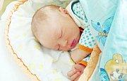 JAKUB JELÍNEK se narodil 6. července v 0 hodin a 21 minut. Měřil 49 centimetrů a vážil 3450 gramů. Maminku Jitku podpořil u porodu tatínek Pavel. Doma na ně čekají sourozenci Jitka a David.