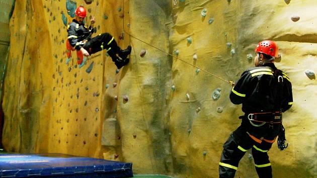 Pardubičtí strážníci se připravují na mimořádné situace i na lezecké stěně