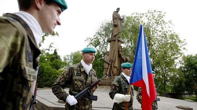 Konec války se připomínal u i pomníku na Náměstí republiky