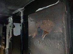 Takto vypadají prostory domu ve Valčíkově ulici, který už od středy terorizuje žhář.