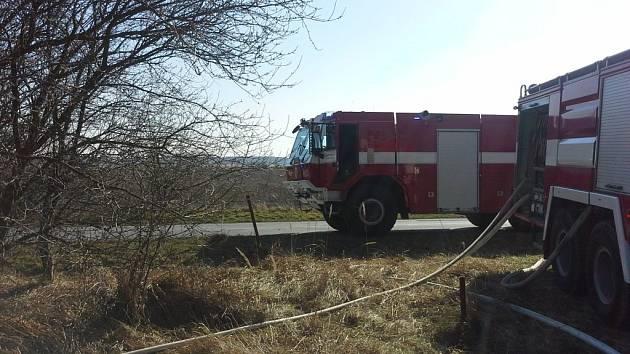 Vypalování trávy v Rokytně se vymklo kontrole a zasahovat museli hasiči.
