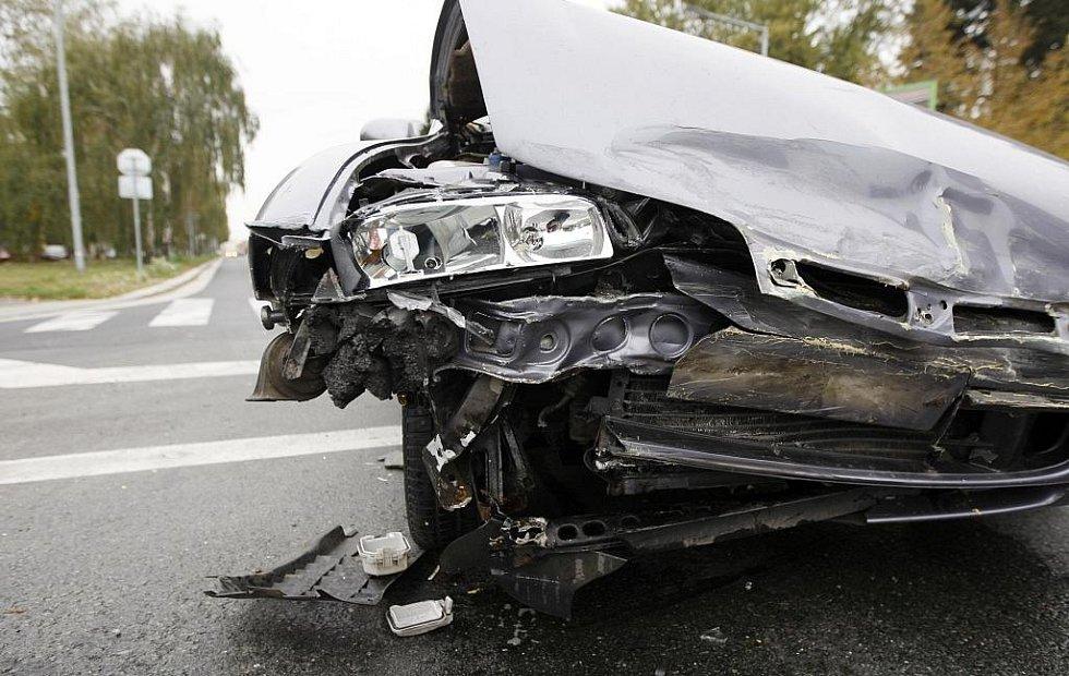 Nehoda na ulici S.K. Neumanna v Pardubicích. Jeden z vozů skončil po střetu na střeše.