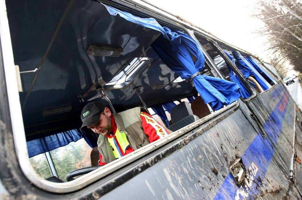 Vyprošťování havarovaného autobusu