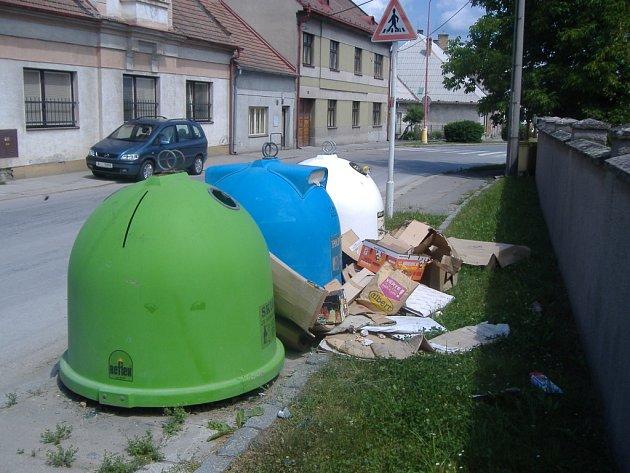 PŘEPLNĚNÉ KONTEJNERY a velký nepořádek okolo nich. Taková je nyní situace na mnoha místech v Holicích.