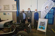 Ředitel Střední školy automobilní Holice Michal Šedivka (vlevo) a děkan Dopravní fakulty Jana Pernera Libor Švadlenka při podpisu smlouvy.