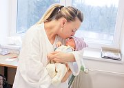 MAXMILIÁN SPILKA se narodil 22. ledna v 11 hodin a 43 minut. Měřil 49 centimetrů a vážil 3150 gramů. Maminku Martinu podpořil u porodu tatínek Petr. Rodina bydlí v Dolanech.