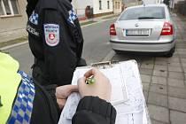 Parkování ve Svítkově je problém. Místní radnice požádala městskou policii o důraznější postup v případě parkování na chodnících nebo na veřejné zeleni.