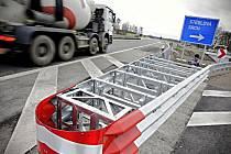 Nová křižovatka řeší hned několik problémů. Odvede část kamionové dopravy ze Srchu, obyvatelům Stéblové umožní cesty do Hradce Králové a mezi krajskými městy umožní zvýšení rychlosti.