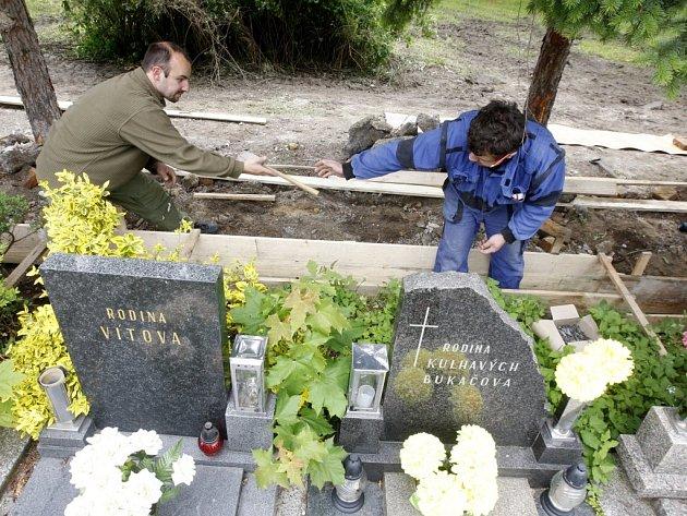 Zřícený úsek zdi hřbitova v Pardubičkách se dočká opravy do konce týdne. do