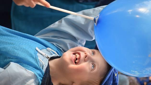Modrý průvod v Pardubicích zahájil kampaň Česko svítí modře, jejímž cílem je zvýšit povědomí veřejnosti o autismu.