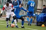 Přípravné utkání Fortuna národní ligy mezi FK Pardubice (ve červenobílém) a FC Slovan Liberec (v modrém) na hřišti v Ohrazenicích v Pardubicích.