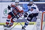 Utkání Tipsport extraligy v ledním hokeji mezi HC Dynamo Pardubice (v červenobílém) a  Bílí Tygři Liberec ( v bílomodrém) v pardubické Tipsport areně.