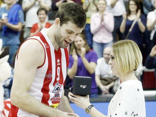 Bonus navíc. Kamil Švrdlík si doma vystaví ocenění pro nejužitečnějšího hráče.