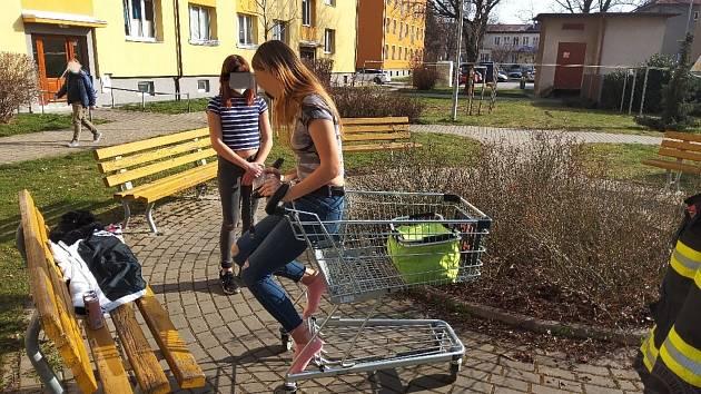 Dívka se zasekla v nákupním košíku, museli ji vystříhat hasiči.