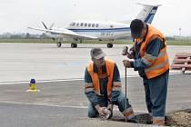 Modernizace technického zázemí pardubického letiště jede bez zpoždění.