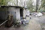 V takzvanému 'bezdomoveckém slumu' za obchodním domem OBI v noci na úterý došlo k požáru. Zasahující hasiči při hašení domku, stlučeného ze všeho možného, nalezli ohořelé lidské torzo.