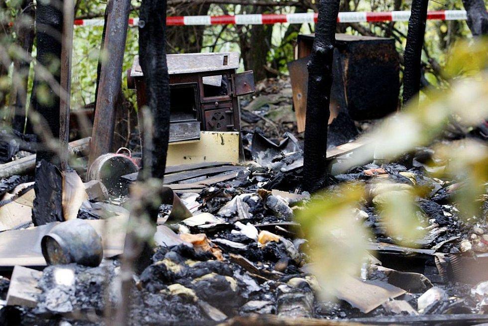 V takzvanému 'bezdomoveckém slumu' za obchodním domem OBI v Pardubicích v noci na úterý došlo k požáru. Zasahující hasiči při hašení domku, stlučeného ze všeho možného, nalezli ohořelé lidské torzo.