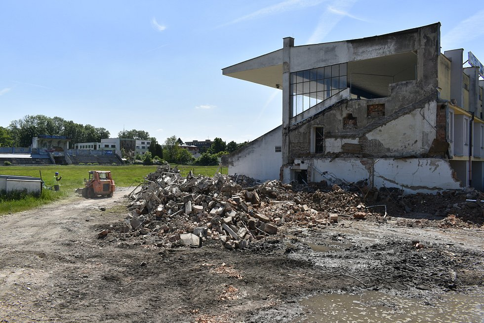 Dělníci zbourali boční části hlavní tribuny, kde se nacházelo schodiště, po kterém se diváci dostávali ke svým sedadlům.
