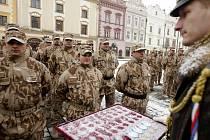 Nástup vojáků po návratu z Afghanistánu se odehrával na zasněženém Perštýnském náměstí v  Pardubicích.