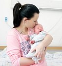 DOMINIK ČEŠÍK se narodil 15. prosince v 8 hodin a 55 minut. Měřil 52 centimetrů a vážil 3700 gramů. Maminku Lucii podpořil u porodu tatínek David. Doma v Pardubicích na nového sourozence čeká pětiapůlletý Kuba.