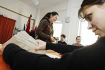 Volební místnosti se v pátek ve čtrnáct hodin otevřely i ve Starém Mateřově na Pardubicku.