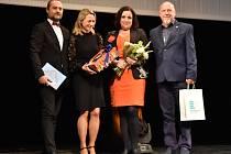 Zdravotní sestra Michaela Sodomková (s květinou) převzala v pondělí ve Východočeském divadle Cenu médií.
