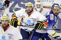 Šesté finalové utkání play off Tisport extraligy v ledním hokeji mezi HC ČSOB Pojišťona (v bílém) a HC Kometa Brno (v modrobílém) v brňenské Kajot Areně.