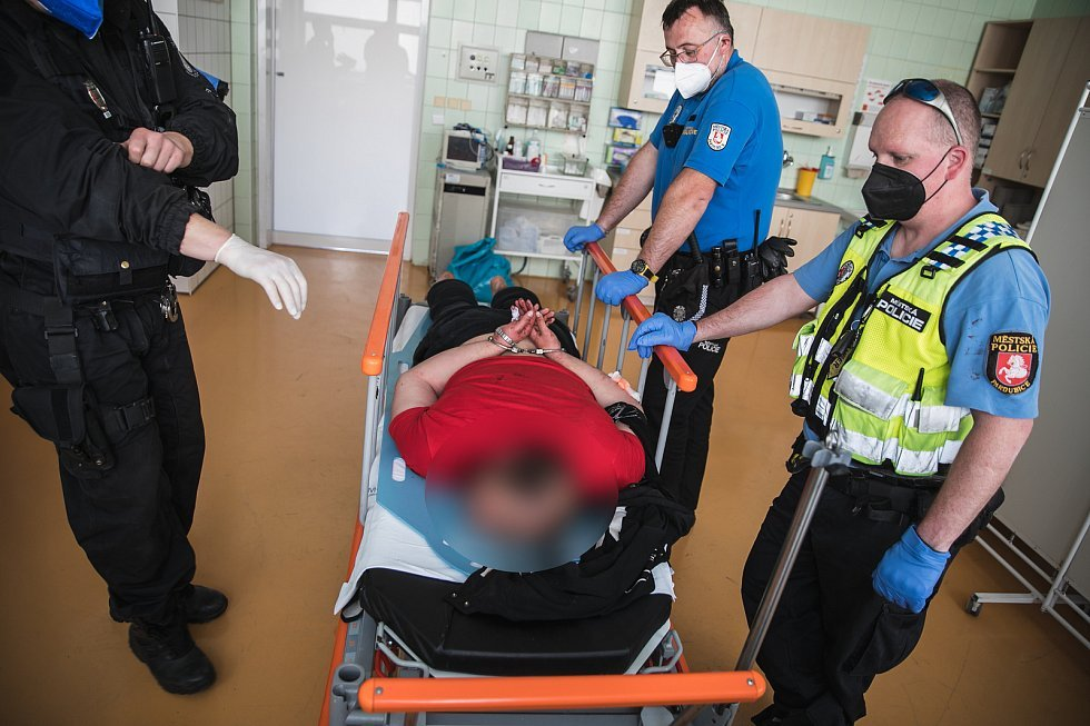 Agresivní narkoman napadal zdravotníky i policisty, ti ho museli zalehnout. Foto: MP Pardubice