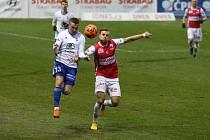 Hlavní aktéři - boleslavský halv Tomáš Malinský zařídil penaltu a pardubický obránce Tomáš Čelůstku vstřelil gól.