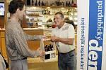 Hospůdkou roku 2012 se stala restaurace Pod Vinicí. Inspektor distribuce Pardubického Deníku Milan Navrátil předává ocenění výhercům soutěže.