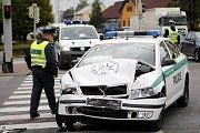Nabourané policejní vozidlo v křižovatce