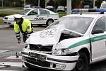 Čtvrteční nehoda pardubických policistů je stále v šetření a stále prý není znám viník. Do nemocnice bylo ihned po kolizi převezeno šest osob, jen jedna zůstala hospitalizována. Škoda byla odhadnuta přibližně na částku 300 až 350 tisíc korun.
