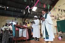 Pardubický vojenský kaplan Tomáš Mlýnek v keňské nemocnici v Itibo.