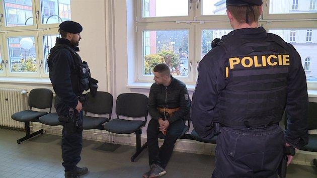 Kurýra přivedla ksoudu policejní eskorta.