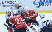 Hokejové utkání Memoriálu Zbyňka Kusého mezi HC Dynamo Pardubice (v červeném) a Admiral Vladivostok (v bílém) v pardubické ČSOB Areně.