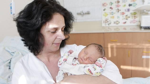 JAN ŠMÍD se narodil 20. února v 11 hodin a 51 minut. Měřil 49 centimetrů a vážil 3120 gramů. Maminku Stanislavu podpořil u porodu tatínek Jan. Doma v Lázních Bohdanči na nového sourozence čeká pětileté Ema a Michaela, jedenáctiletá Petra, třináctiletá Adé