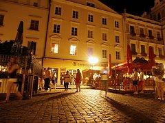 Pernštýnské náměstí o víkendu. Oáza ticha to zrovna není, ale na počty lidí a barů je tu vpodstatě klid.