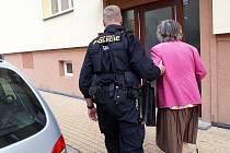 Strážníci doprovodili až do bytu ženu, která nemohla najít cestu domů.