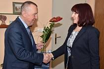 Finalistka soutěže Zlatý Ámos Mgr. Eliška Vokáčová přijala pozvání radního Bohumila Bernáška na návštěvu krajského úřadu.