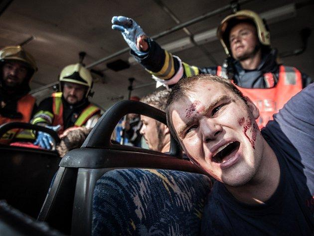 Cvičení záchranářů u Medlešic: Střet auta s autobusem, přes 50 zraněných, tři mrtví.