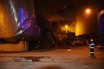 Noční požár v elektrárně Chvaletice zničil zauhlovací most, kterým se ke kotlům přivádí palivo.