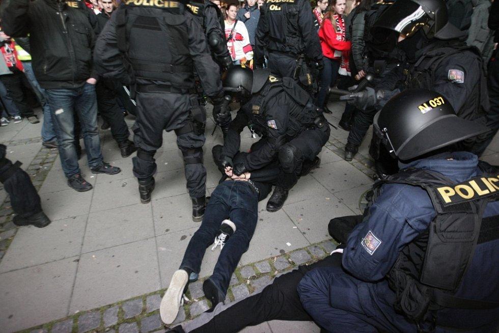 Derby Pardubice - Hradec začalo už před ČEZ Arenou. Policie musela rozdivočelé fanoušky srovnat.