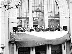 Návštěva prezidentského páru Václava a Olgy Havlových na balkonu pardubického divadla