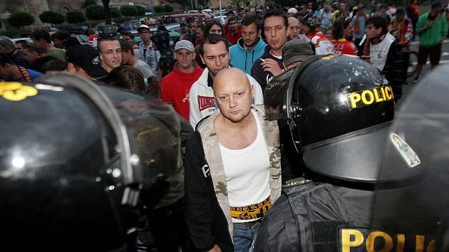 Agresivní hradecké fanoušky musela pořádková jednotka policie krotit už před stadionem.