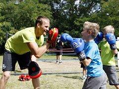 Děti z příměstských táborů olympijský park baví. Vyzkouší si boxování i vodní sporty.