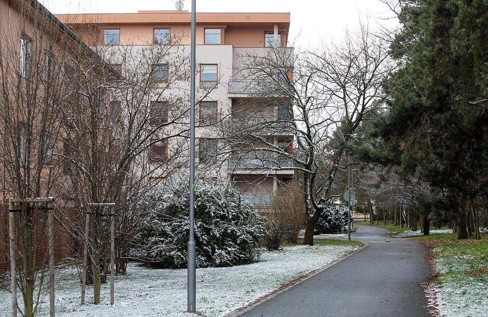 Dubnový sníh na pardubickém sídlišti Dukla.