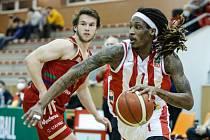 Basketbalové utkání Kooperativy NBL mezi BK JIP Pardubice (v bíločerném) a BK DEKSTONE Tuři Svitavy (v červeném) v pardubické hale na Dašické.