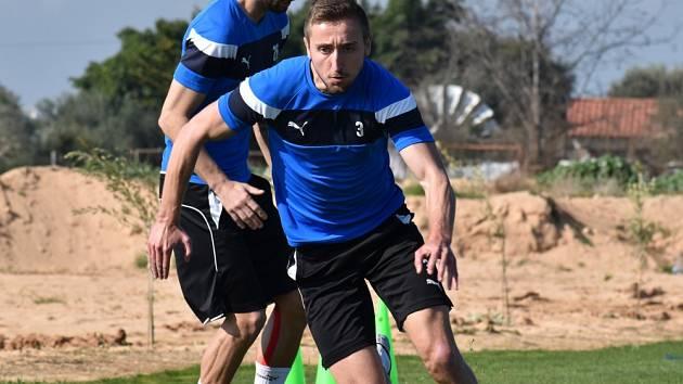 ZMĚNA MÓDNÍ ZNAČKY... Odchovanec roveňského fotbalu Jan Shejbal se přesunul z druholigového Hradce Králové do prvoligových Teplic. A se svým novým klubem hned odletěl na kyperské soustředění. Dnes by měl nastoupit proti Partizanu Bělehrad.